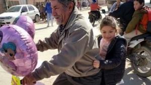 La tierna actitud de un abuelo por el cumpleaños de su nieta